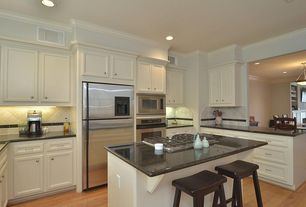 Traditional Kitchen with Kitchen island, Laminate floors, electric cooktop, Breakfast bar, wall oven, Standard height