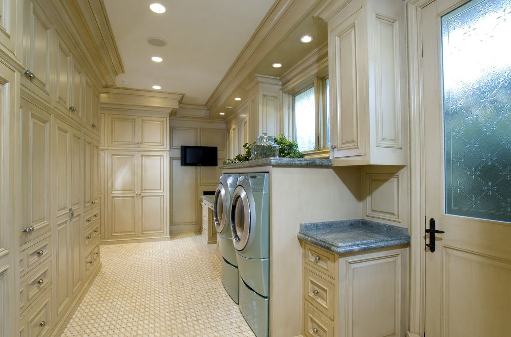 Traditional Laundry Room with can lights, Standard height, Built-in bookshelf, Wainscotting, Casement, Drying Rack, Paint