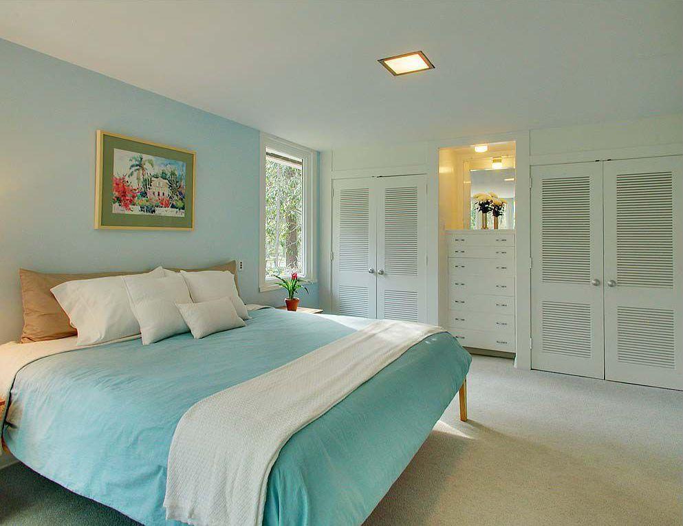 Cottage Guest Bedroom with Carpet, flush light, Built-in bookshelf