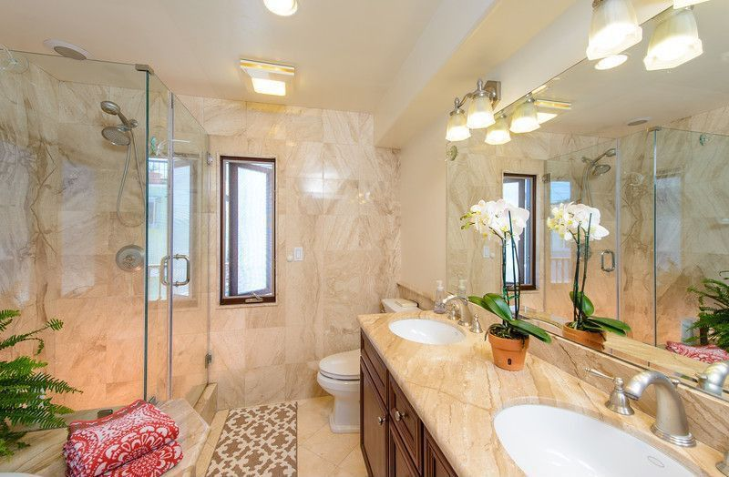 Traditional Master Bathroom with Undermount sink, can lights, Handheld showerhead, wall-mounted above mirror bathroom light