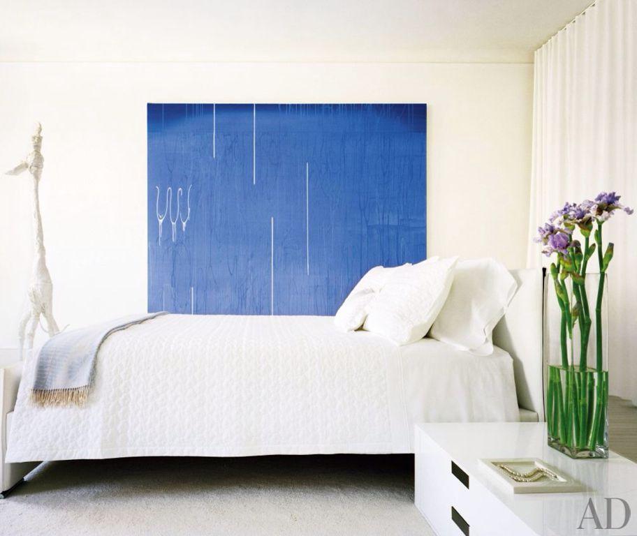 Modern Guest Bedroom with Carpet, Built-in bookshelf, Standard height