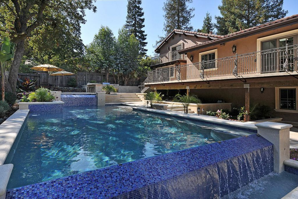Modern Swimming Pool with Casement, Outdoor kitchen, Infinity pool, Fence, Deck Railing, Pathway, French doors