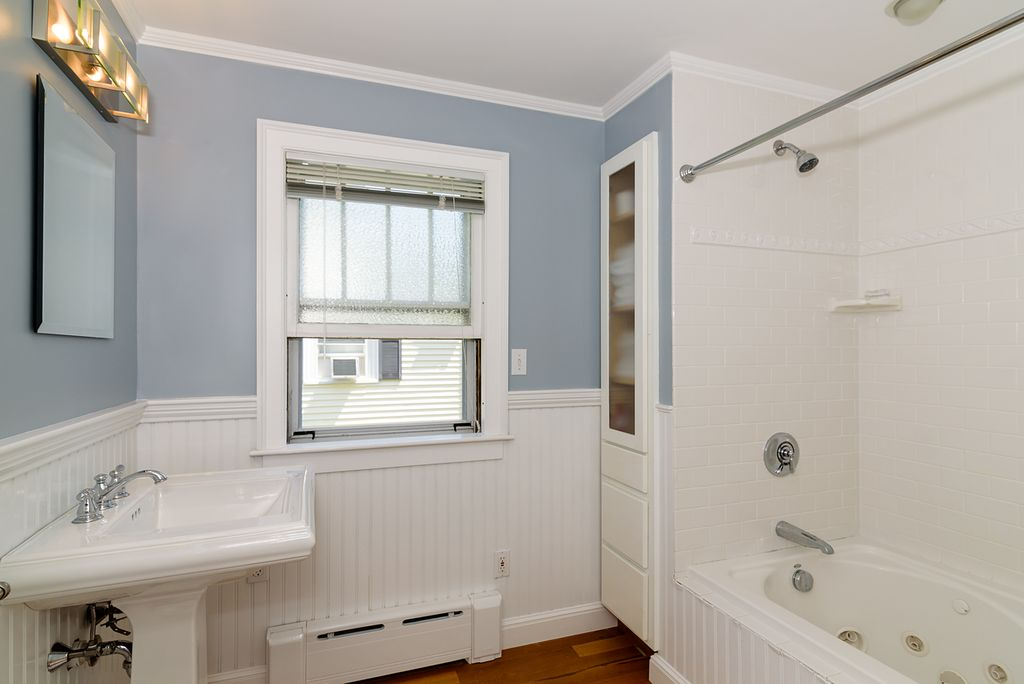 Great cottage full bathroom zillow digs for Bathroom ideas zillow
