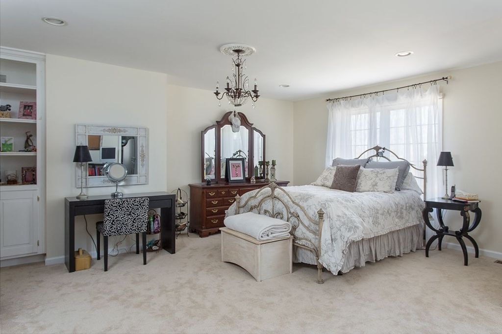 Traditional Master Bedroom with Carpet, can lights, Casement, Chandelier, Standard height, Built-in bookshelf