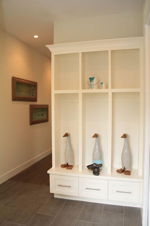 Modern Mud Room with Standard height, Built-in bookshelf, Laminate floors