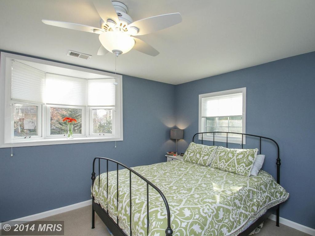 Cottage Guest Bedroom with Ceiling fan, Bay window, double-hung window, Standard height, Carpet