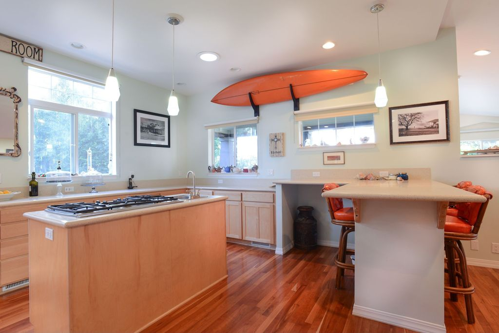 Eclectic Kitchen with partial backsplash, drop-in sink, Flat panel cabinets, Kitchen island, Casement, L-shaped, can lights
