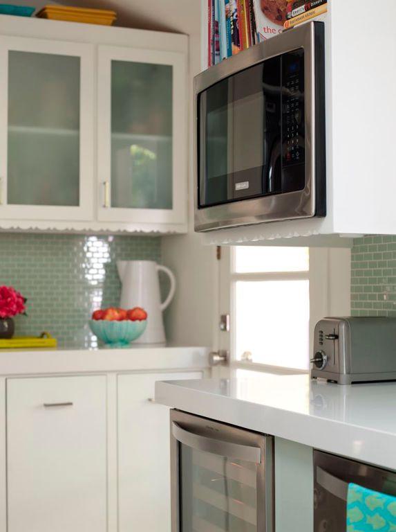 Una cocina renovada alegre retro y femenina decorar - Alicatar cocina detras muebles ...