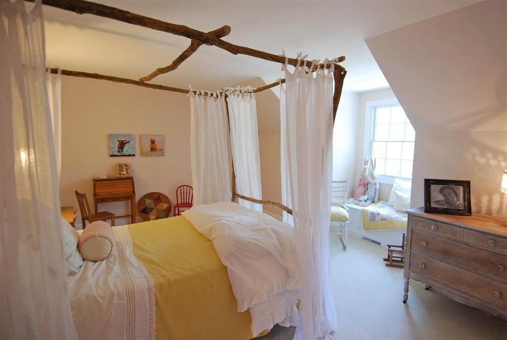 Country Kids Bedroom with Standard height, no bedroom feature, double-hung window, Window seat, Carpet