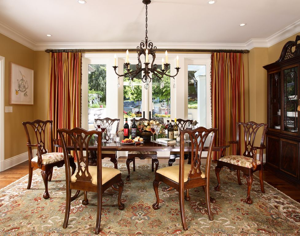 Traditional Dining Room with Hardwood floors, can lights, Standard height, Built-in bookshelf, picture window, Crown molding