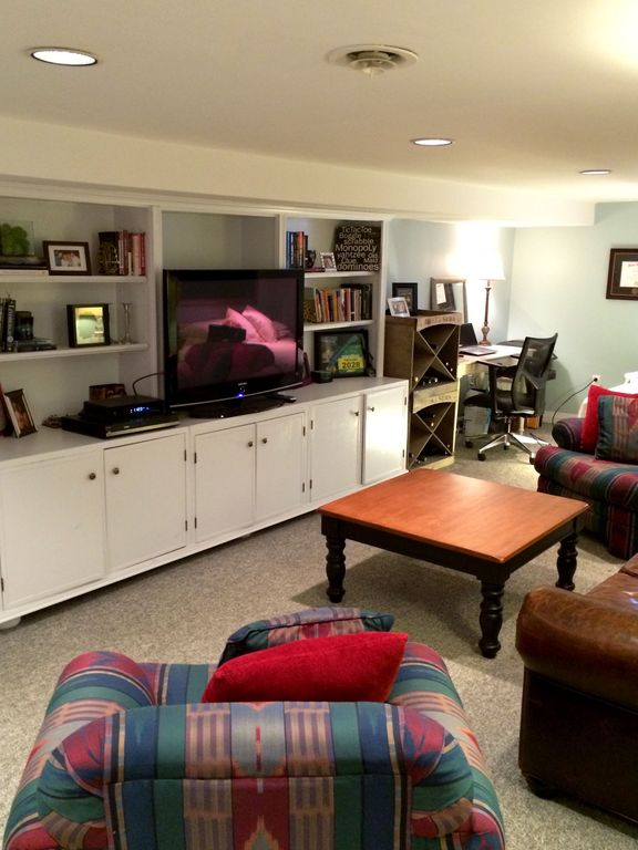 Traditional Living Room with Built-in bookshelf, can lights, Standard height, Carpet, Ceiling fan