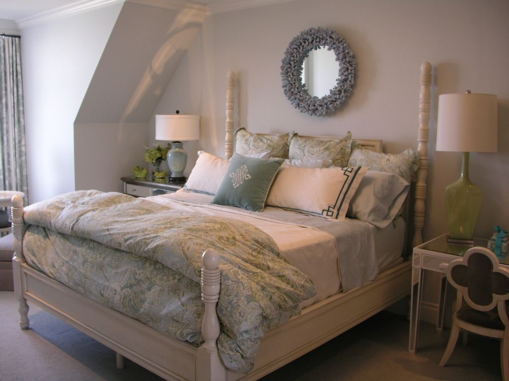 Traditional Master Bedroom with Carpet, Crown molding, Standard height