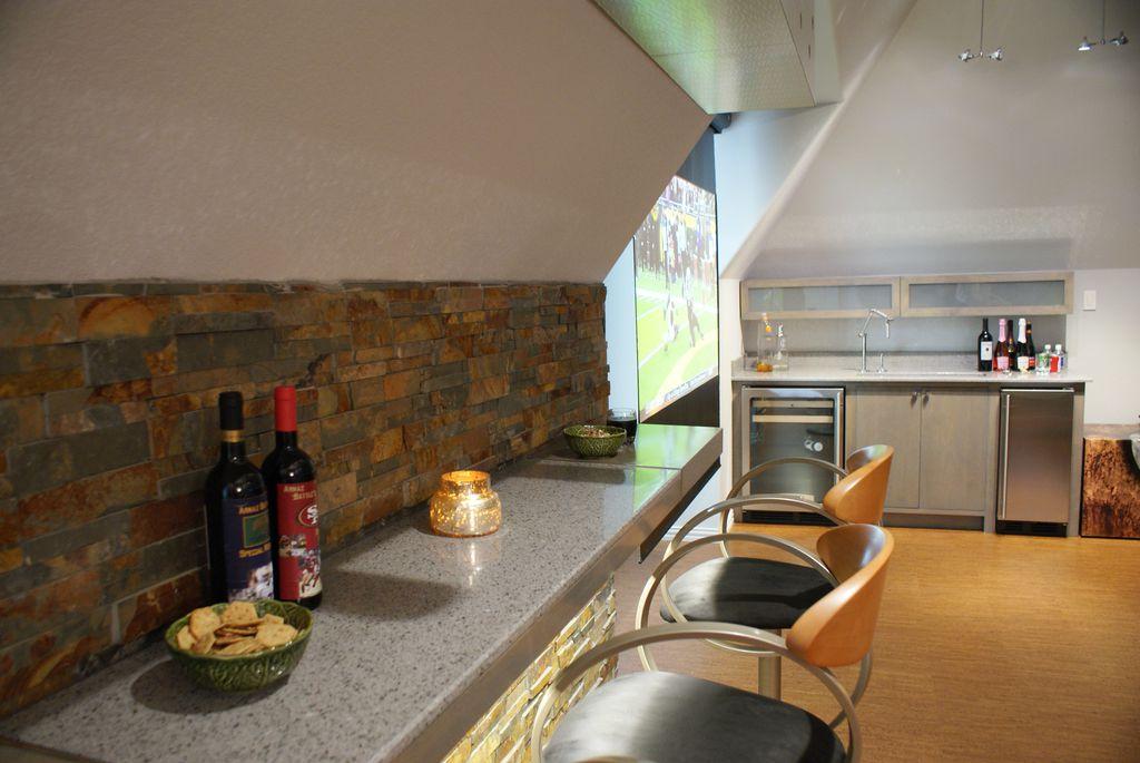 Contemporary Bar with Pendant light, Standard height, Laminate floors, Built-in bookshelf