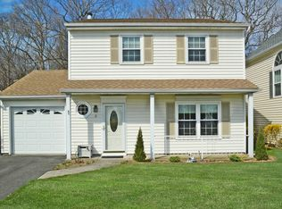 12 Badger Trl , Coram NY