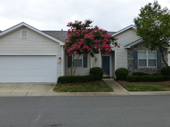 8707 Meadowmont View Dr, Charlotte, NC 28269