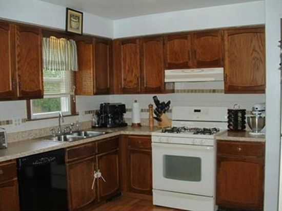 121 Hickory View Dr, New Castle, PA 16102