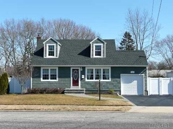 233 Schoenfeld Blvd, Patchogue, NY 11772