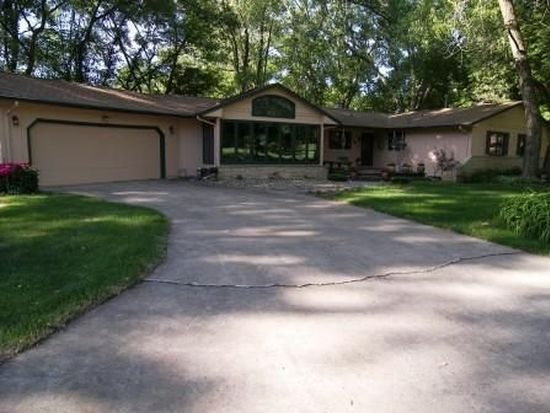 10 Silver Lake Dr, Waterloo, IA 50702