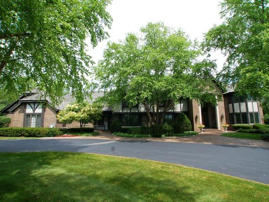 2850 W Deer Creek Ct, River Hills, WI 53217