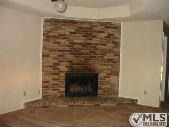 208 Shady Valley Dr, Mansfield, TX 76063