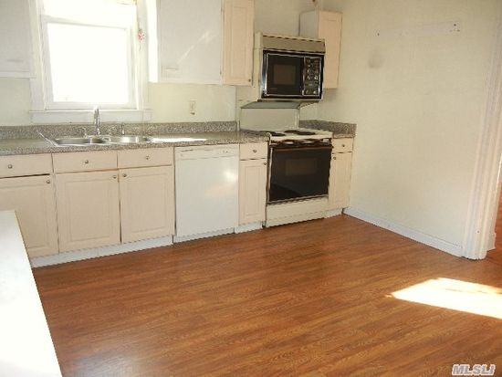 11 N Bayles Ave, Port Washington, NY 11050
