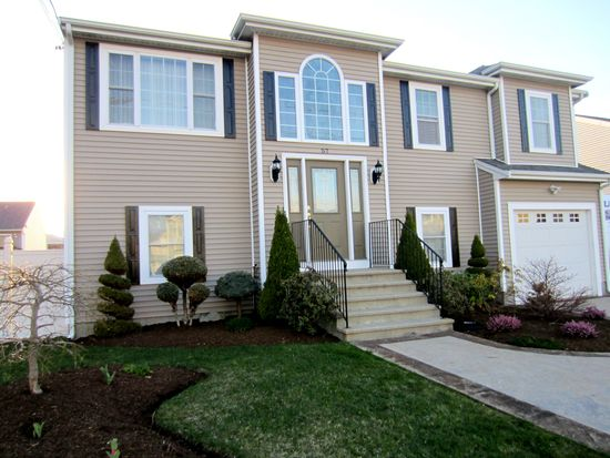 57 Abington Ln, Fall River, MA 02721