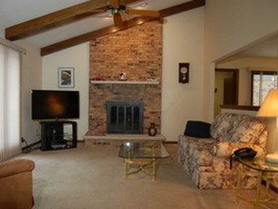 80 Country Club Dr, Bloomingdale, IL 60108