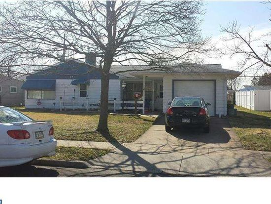 114 Pinewood Dr, Levittown, PA 19054