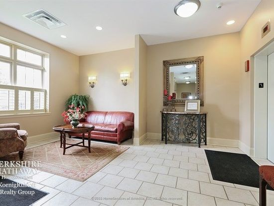 965 Rogers St # 208, Downers Grove, IL 60515