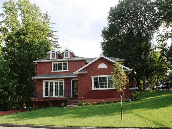 3 Linden St, Great Neck, NY 11021
