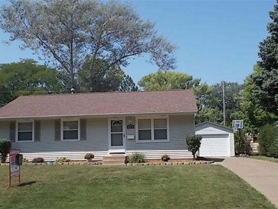 2500 Holly Dr, Bettendorf, IA 52722