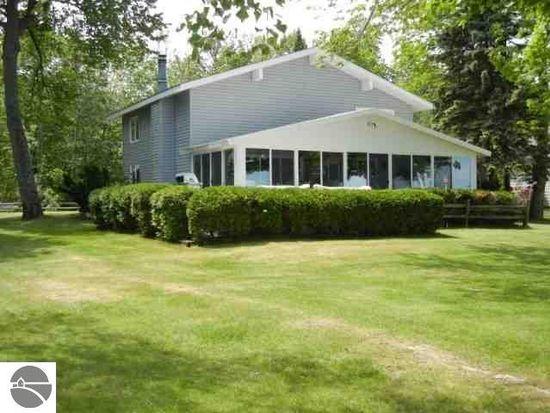 6910 Carter Rd, Beulah, MI 49617