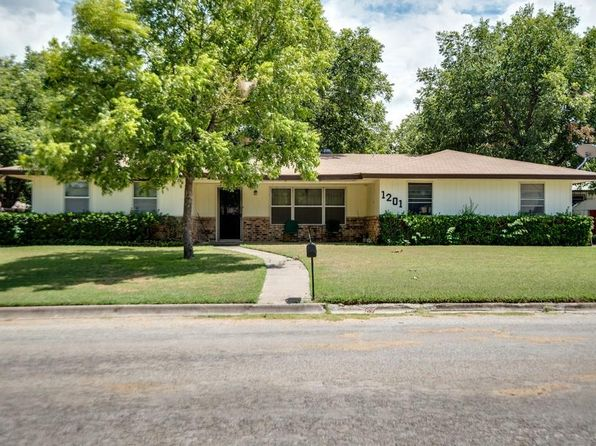 3 bed 2 bath Single Family at 1201 Zahara St Bowie, TX, 76230 is for sale at 110k - 1 of 25